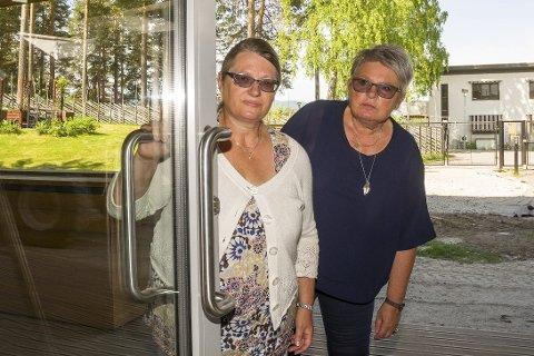 TITTER INN: Lise Wold Kleven (t.v.) og Birgit Formodalen ser inn gjennom døra på nye Modumheimen, hvor beboerne fra Furulund snart må flytte inn.