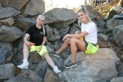 MÅ VÆRE LITT HARDHUDET: Maia (f.v.) og Emily Andersen Biksrud  har valgt å gå samme yrkesvei, inn i anleggsbransjen og sier at de må være litt hardhudet.