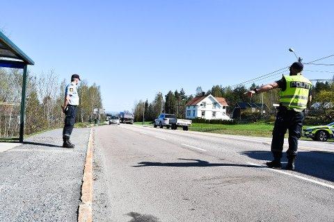 STOPP: Jakop Sandnes og Fredrik Flesjø (i vest) i UP holdt fartskontroll på rv. 35 på Verpsletta mandag.