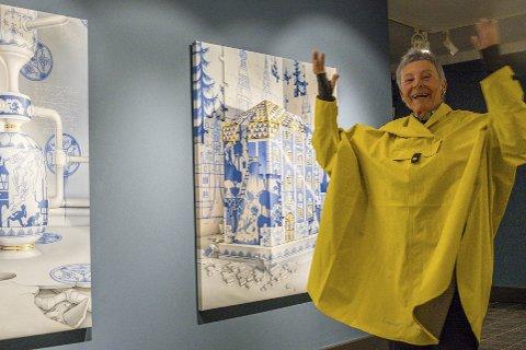 POPULÆR: Mellom 500 og 600 moinger har så langt hentet gratisbilletter hos kommunen for å se utstillingen Hjemmets skatter på Blaafarveværket. Her er Tone S. Steinsvik foran maleriene til Bjørn Baasen.