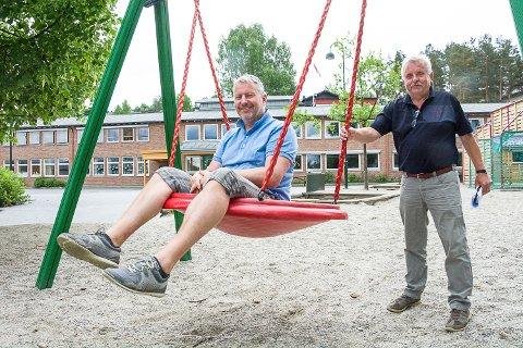 LEGGE NED ENGER: Tom Oddby (t.v.), Egil Kjølstad og resten av gruppa som har jobbet med skolebestrukturen i Modum, foreslår å legge ned Enger og Buskerud og bygge en helt ny barneskole sør i Modum.