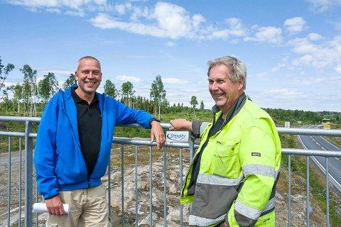 100 mål: Trond Arne Ingvoldstad (t.v.) og Dag Johan Stensby samarbeider med grunneier er Torvald Saastad (ikke til stede) om planene for det 100 mål store næringsområdet på Svenskerud.