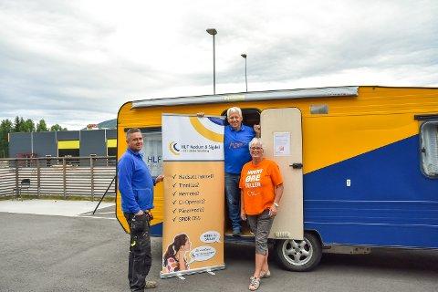 NY HVERDAG: HLF Modum og Sigdal håper å nå flere med sin oppgraderte campingvogn. Ole Kristian Moe (f.v.) fra Ung invest samt Håkon Andersen og Mary Kittielsen gleder seg.