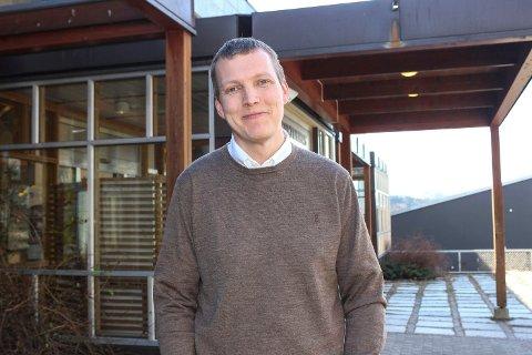 STORE BEHOV: Utviklingsleder Kjetil Gulsrud Lundemoen i undervisningsetaten i Modum sitter på en konsulentrapport som viser at skolene i Modum har store behov for oppgradering.