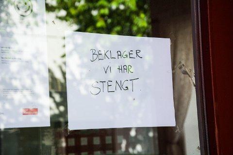 STENGT: Denne lappen henger på døra hos Baker Narum i Vikersund.
