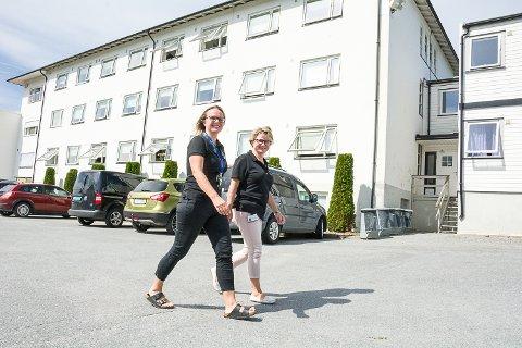 HELE FLØYEN: Marianne Linnerud Krogstad (t.v.), medisinskfaglig ansvarlig overlege, og Rannveig Aaker, avdelingsleder, er glad for å kunne tilby pasientene på Vikersund Kurbad 40 nyoppussede rom i fløyen i bakgrunnen.