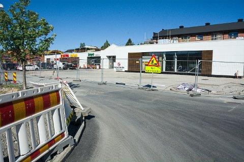 SNART FERDIG: I løpet av 14 dager skal parkeringsområdet rundt Vikersund Nærsenter være ferdig.