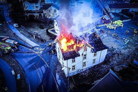 TOTALSKADD: Huset i Lilleåsgata brant 23. april i fjor. Nå er mannen som forårsaket brannen, tiltalt.