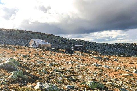 POPULÆRE: «Nyhytta» og den gamle turisthytta ligger side om side på Høgevarde. Finværet har lokket folk til fjells, og mange er innom den sommeråpne kafeen i den gamle hytta.