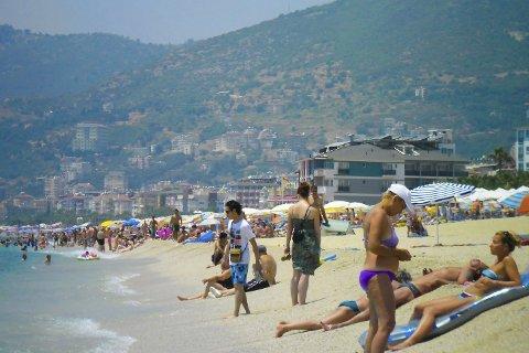 FERIEGJELDEN ØKER: Ikke alle har en inntekt som er høy nok til å ta hele familien med på sydenferie. Her fra stranda i Antalya, Tyrkia.
