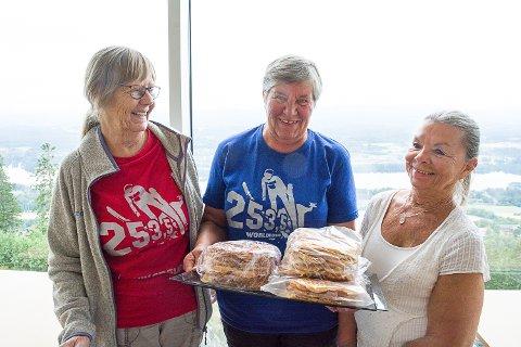 FRIVILLIGE: Jorunn Flattum, Bodil Hellerud og Greta Øen er blant de frivillige som sørger for at kiosken i Vingen kan holde åpent hver dag.