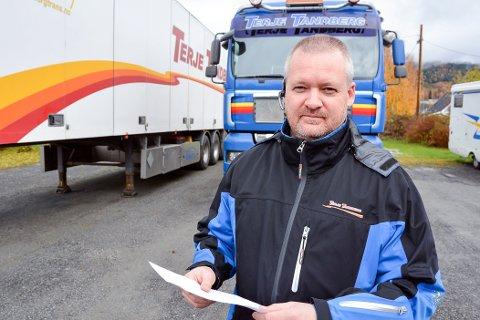 HJELPER NÅR DET ER KRISE: Audun Tandberg i Terje Tandberg Transport hadde én ledig bil å bruke til høytransport.