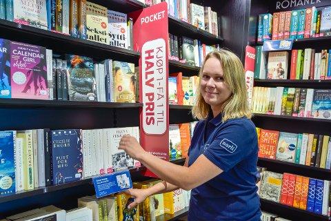 GOD SOMMER: Butikksjef Monica Bergsrud hos Norli Vikersund merker at sommeren er en populær tid for å lese bøker.