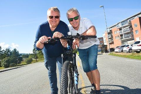 RIDDER KAGGESTAD: Ole Håvard Olsen (t.v.) og Jarle Grøterud. Modum Cykleklubb inviterer for andre gang til «Ridder Kaggestads sykkelritt» som går av stablen under Vikersunddagen 1. september.