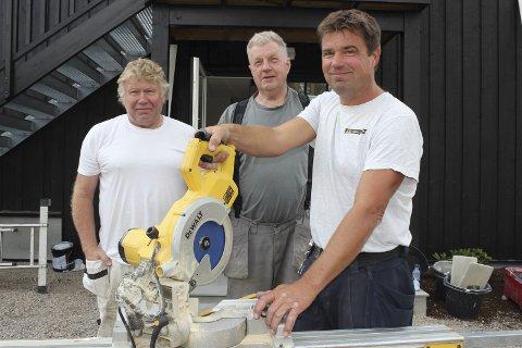SVÆRT FORNØYDE: Kjell Tørre f.v. (murermester/flislegger) og Leif Skretteberg (tømrer) hadde begge fedre som jobbet på Modum Bad. Terje Jacobsen var brannmann da bygget brant ned i desember 2015. Han lovet å bygge det opp igjen. Det løftet har han holdt.