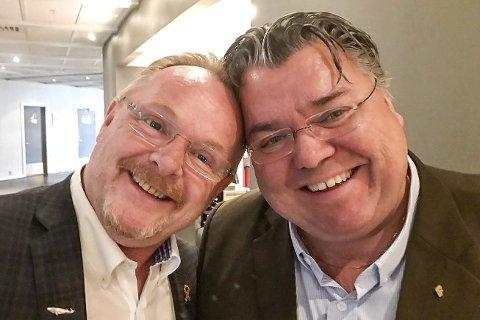 GLADE GUTTER: Nylig avgått fiskeriminister Per Sandberg (t.v.) og artikkelforfatteren i munter passiar på FrPs landsmøte på Gardermoen i mai i fjor.