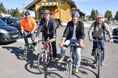 SYKKELKAMERATER: Trond Olsen, Statens vegvesen (fra v.), ordfører Ståle Versland, fylkesvaraordfører Olav Skinnes og Gottfred Rygh, leder av teknisk utvalg. Denne kvartetten vil bygge flere sykkelveier i Modum.