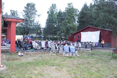 FRA DANSEFEST TIL FILMFEST: 210 løste billett til Mamma Mia på den gamle danseplassen på Strandefjorden i Sigdal fredag. Det skal være kveldens høyeste billettsalg for alle Bygdekinoene i Norge.