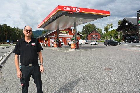 AVVIKLER DRIFTEN: Ole Håkonsen har drevet bensinstasjon på Noresund i 30 år. Fra 1. oktober blir Circle K-stasjonen ubetjent.