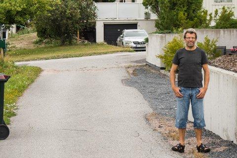 SMAL: Denne veien skal kunne betjene 24 leiligheter og fem eneboliger. -Trafikkbelastningen blir for stor, sier Sven Magne Solberg.