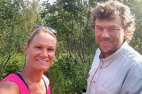 BÆRER: Trine-Lise Dyrbeck bar utstyr for Lars Monsen og  NRK til Sommeråpent-programmet.