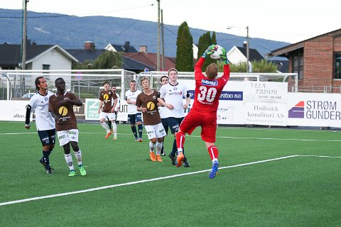 TRE BAKLENGS: MFK-keeper Rune Steinseth hadde en travel kveld i Mjøndalen.