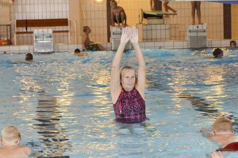 I sitt ess: Inger Marie Døviken har lært flere tusen moinger å svømme gjennom skole- og babysvømming i Furumo svømmehall.  FOTO: Eivind Kopland, Modum kommune