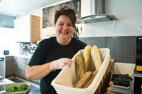 NY EIER: Helén Karlsdatter Kleven har sin første offisielle dag som ny eier og driver av Baguettestua i Vikersund på mandag. Hun lover at det fortsatt blir nysmurte baguetter å få.