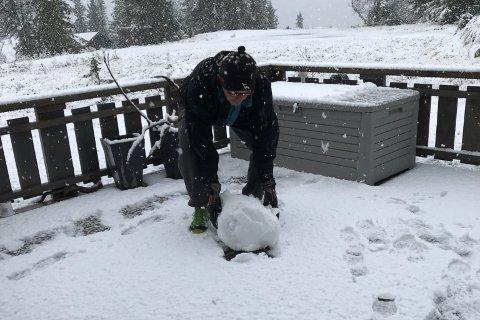 SNØMANN: Det er 27. september, men vinteren har meldt sin ankomst på Haglebu. Her er det Kai Finsrud som ruller en snøball.