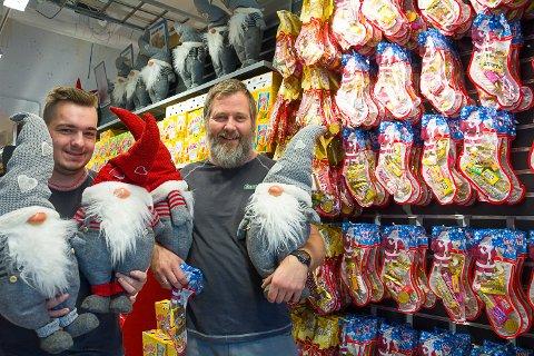 FÅR KOMMENTARER: Butikkmedarbeider Anders Bråten (t.v.) og assisterende butikksjef Halldor Jonsson i Europris Vikersund fikk mange kommentarer da de satte på plass nissene torsdag.