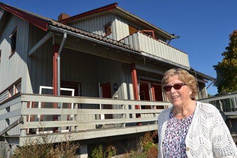 TENKER NYTT: Ragna Dahl (90) flyttet fra huset sitt i 2012. Nå som det skal rives mener hun det bør bygges park og rekreasjonsområde med kafé på den øvre delen av tomta.