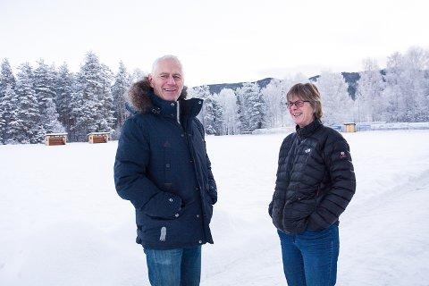PÅ HØY TID: Ordfører Ståle Versland og Tone Angeltveit synes det er på høy tid at idrettslaget får tilbake eierretten til Rolighetsmoen, som nazistene tilranet seg under krigen.