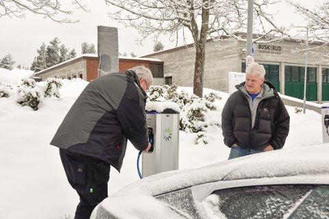 Vidar Smith og Øystein Fidjestøl er lei av at folk har tjuvlånt skolens strøm.