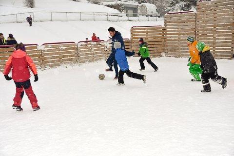 FOTBALLGLEDE: Barna som går på SFO på Enger skole i Åmot synes det var gøy da  Stein Ellingsen ville spille fotball med dem.