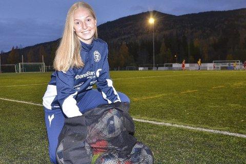 ÅPEN KLUBB: Kaptein på a-laget for kvinner i Modum FK, Helene Letmolie mener det er flott at kapteinene på alle lag skal bruke et kapteinsbind i regnbuens farger denne sesongen.