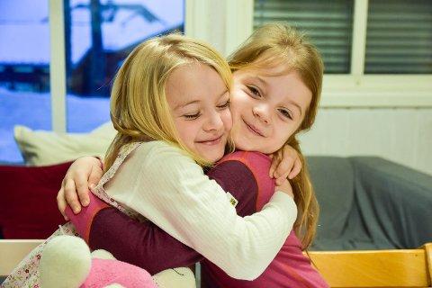 BESTEVENNER: Tiril Røste og Mille Brenna storkoser seg i barnehagen sin.
