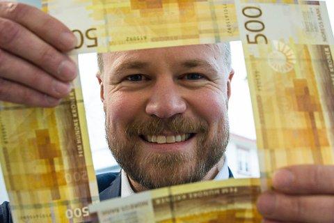 Lars A. Hovland, banksjef kunderettet virksomhet SpareBank 1 Modum, er positivt overrasket over at bankens kunder i gjennomsnitt har 202.000 kroner «på bok».