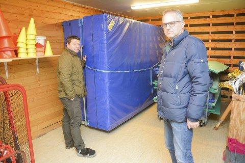 VANNLEKKASJER: Rektor Knut Erik Hovde (til v.) og leder for idrettsfag på Buskerud videregående, Torkild Frøhaug rapporter stadig om vannlekkasjer i Modumhallen.