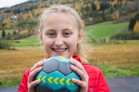 MASKOT: Martine Ludvigsen fra Vikersund er valgt ut blant 1.400 søkere til å være maskot for håndballandslaget, sammen med 15 andre jenter fra hele landet.