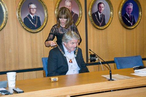 KJEDET OM HALSEN: Ann Sire Fjerdingstad (H) overrakte ordførerkjedet til Knut Kvale (Sp) onsdag, med formaninger om at det må brukes.