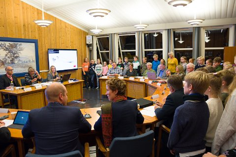 Kommunestyret i Krødsherad konstitueres. 4. til 7. klasse på Noresund skole følger med.