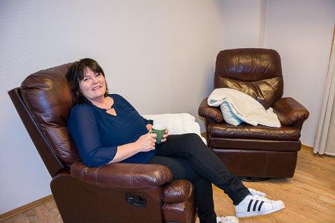 KOMFORT OG KAFFE: Et par komfortable lenestoler og en kaffekopp er en viktig del av tilbudet hos Anne Gry Halvorsen Ranheim.