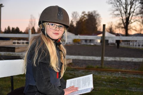 DRØMMEN BLE VIRKELIG: Målfrid Brokhaug Røvang kan nå kalle seg forfatter. Debutboken handler om Lisa og Syver som bor på gård med mange hester.