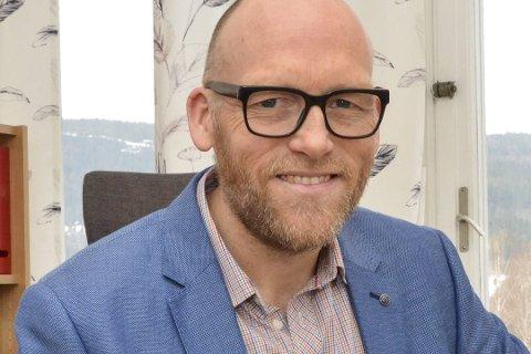VIL DELE UT GRATIS VAFLER: Kommunedirektør Stig Rune Kroken ønsker at Krødsherad som vertskaps-kommune skal dele ut vafler utenfor Norefjellporten en dag i uken.