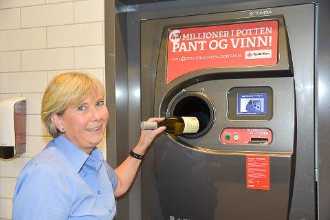 PANT PÅ ENKELTE VINFLASKER: Eva Tobiasson daglig leder på Vinmonopolet i Vikersund forteller at det fremover vil bli mer fra polet som kan pantes.