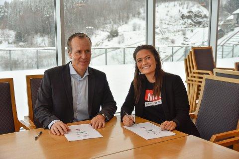 FORNØYDE: Banksjef i Skue sparebank Hans Kristian Glesne og leder for kjerneaktivitet i MOT Regine Oen Hatten var begge fornøyd med at samarbeidet fortsetter.