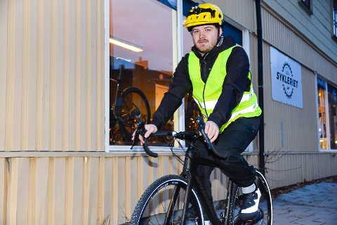 REFLEKS OG LYS: Stian Krane Hammer håper flere kan bli flinke til å sykle med refleks og lys på sykkelen.