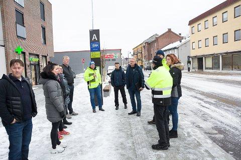 BEFARING: Både næringsdrivende og Vy Buss har hatt innvendinger mot trafikkløsningen forbi Fjordbyen Atrium og Spar i Vikersundgata. Torsdag var det befaring.
