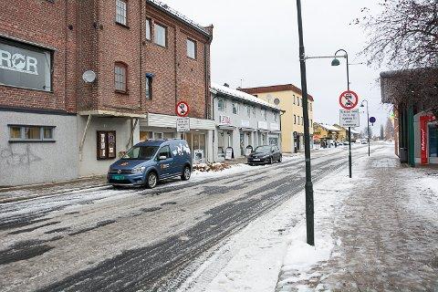 PARKERINGSPLASSER: Eierne av Møllegården skal gjøre om deler av bygget til leiligheter og søker om frikjøp av tre parkeringsplasser i området.