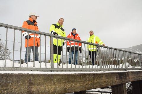 BEFARING: Arild Christiansen, Kristoffer Dahl, Svein Fossen og Jan Solheim var torsdag på befaring på brua i Badeveien.